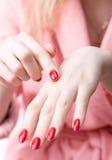 женщина cream руки rubing стоковые фотографии rf