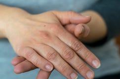 Женщина Creams ее руки стоковые фотографии rf