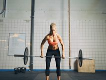 Женщина Crossfit поднимая тяжелые весы в спортзале Стоковая Фотография RF