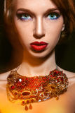 Женщина Cutie взрослая с голубыми глазами и профессионал составляют стоковая фотография rf
