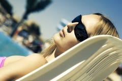 женщина deckchair лежа Стоковые Изображения RF