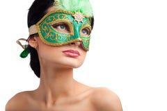 женщина eautiful маски масленицы нося Стоковые Изображения