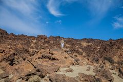 Женщина enjoing взгляд пустыни beautifil сценарный Стоковая Фотография RF