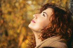 Женщина Fahion в пальто Стоковая Фотография