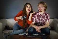 Женщина Gamer играя мальчика быть странный стоковые фото