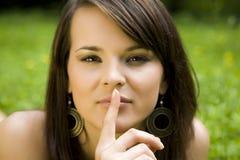 Женщина gesturing для безмолвия Стоковая Фотография
