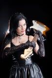 Женщина Goth держа электрическую гитару Стоковые Фото