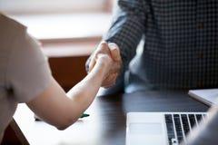 Женщина handshaking человека как деловой партнер выражая уважение, cl стоковое фото rf
