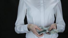 Женщина hesitantly подсчитывает деньги, русские рублевки видеоматериал