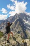 Женщина Hiker показывает ледник Монблана стоковое изображение