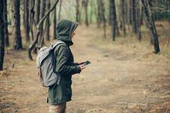 Женщина Hiker работая на цифровой таблетке Стоковая Фотография