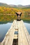 Женщина Hiker сидя над озером в осеннем дне Стоковое фото RF