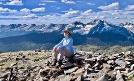 Женщина hiking в горах стоковые фотографии rf