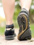 женщина hiking тропки гуляя Стоковое фото RF