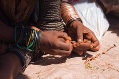 Женщина Himba делая ювелирные изделия Стоковое Фото