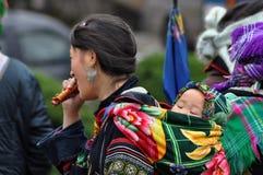 Женщина Hmong вьетнамца нося ее ребенка Стоковые Изображения