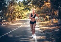Женщина jogging в парке в лете Стоковая Фотография RF