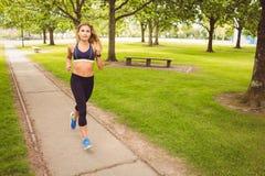 Женщина jogging в парке Стоковые Изображения RF