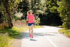 Женщина jogging в парке Стоковое Изображение RF