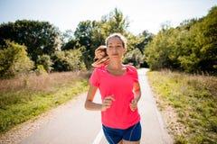 Женщина jogging в парке Стоковое фото RF