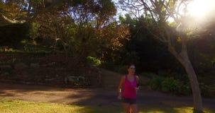 Женщина jogging в парке видеоматериал
