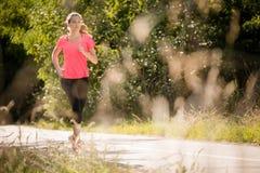 Женщина jogging в парке Стоковые Фотографии RF