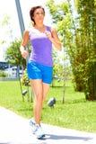 Женщина Jogging на парке Стоковые Фото