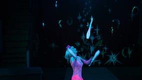 Женщина Juggler в цирке видеоматериал