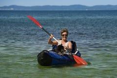 женщина kayak собаки Стоковое Фото