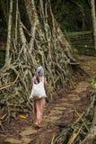 Женщина Khasi от деревни Riwai пересекая один из известного живущего моста корней в положении Meghalaya, Индии стоковое изображение rf