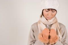 женщина knit шлема нося Стоковое Изображение