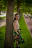 Женщина leanning на дереве Стоковые Изображения