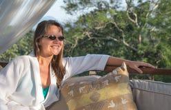 Женщина lounging в купальном халате Стоковые Фотографии RF