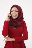 Женщина Malay разговаривая с умным телефоном стоковые изображения rf