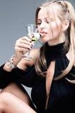 женщина martini белокурого питья coctail шикарная Стоковое Изображение