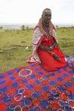 Женщина Masai в робе при шарики продавая ювелирные изделия в деревне около национального парка Tsavo, Кении, Африки Стоковые Изображения