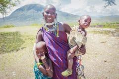 Женщина Masai с ее детьми Стоковое Фото