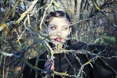 Женщина Misteriouse. драматический взгляд стоковое изображение