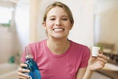женщина mouthwash удерживания стоковые изображения rf