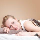 Женщина napping в спальне Стоковая Фотография RF