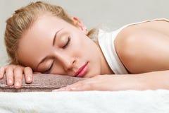Женщина napping в спальне Стоковое Фото