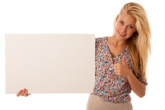 Женщина Nde держа пустую белую доску в ее руках для продвижения Стоковое Изображение RF