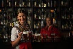 Женщина Oktoberfest с пивом Стоковое Изображение RF