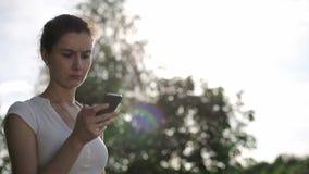 Женщина outdoors говоря на телефоне и после этого выходит рамка акции видеоматериалы