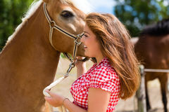 Женщина petting лошадь на ферме пони Стоковое фото RF