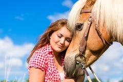 Женщина petting лошадь на ферме пони Стоковая Фотография RF
