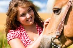 Женщина petting лошадь - ферма пони Стоковые Изображения
