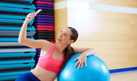 Женщина Pilates снимает автопортрет черни selfie Стоковое Изображение RF