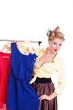 Женщина Pinup показывая ей платья на вешалке стоковые изображения rf