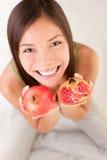 женщина pomegranate плодоовощ стоковое изображение rf